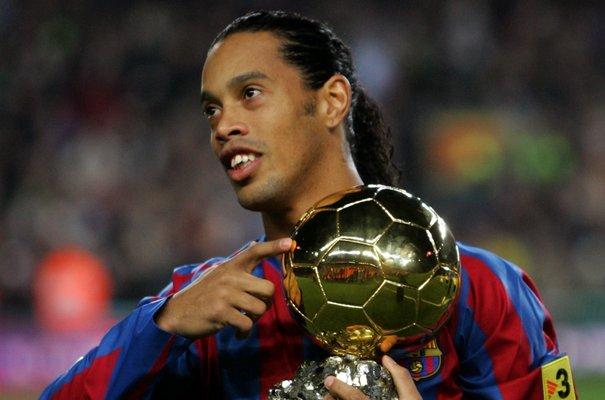 637027_barcelona-s-ronaldinho-shows-his-ballon-d-or-golden-ball-award-as-european-footballer-of-the-year-before-spanish-first-division-soccer-match-against-sevilla-in-barcelona